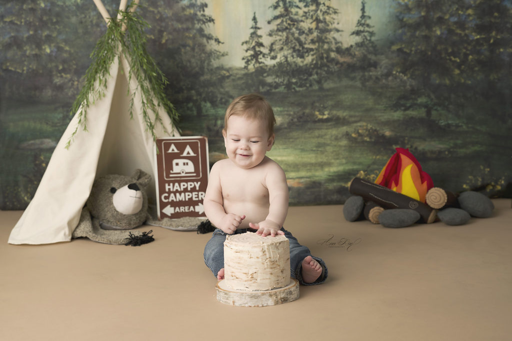St. Louis Baby Photographer holds cakes smash session